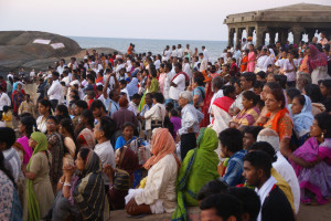 Indian pilgrims wait for the sunrise at Kanniyakmari, Tamil Nadu, India. Creative commons image by Patrik M. Loeff