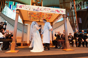 A Jewish couple celebrates their wedding ceremony in 2011. Creative commons image by Krista Guenin